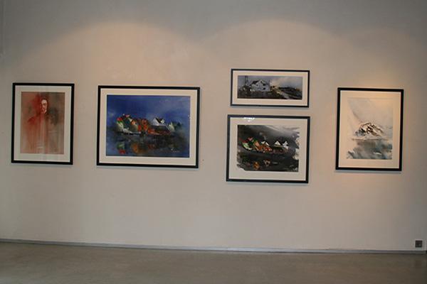 Noen av akvarellene på utstillingen.