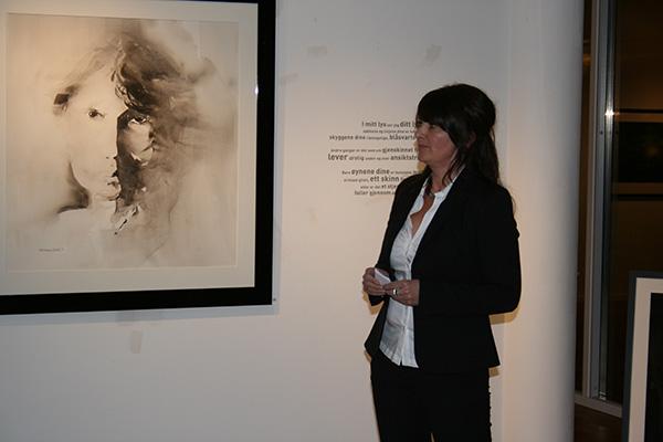 Hilde sier noen velvalgte ord om utstillingen sin.