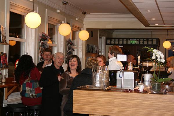 Hilde hadde en fantastisk åpning og kveld sammen med kjente og kjære. Her er Hilde sammen med Knut Mathisen.