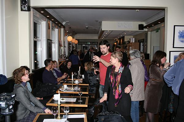 Litt fra stemningen på Cafe`De 4 roser.