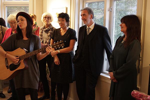 Alle nyter vakker sang og gitar fra skjønne Kine.