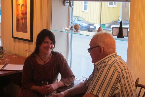 Hilde og Torgeir har ei fin stund ved bordet.