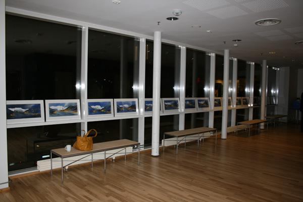 Alle 40 akvarellene fra Nybyen på Svalbard, utstillt før overleveringene.
