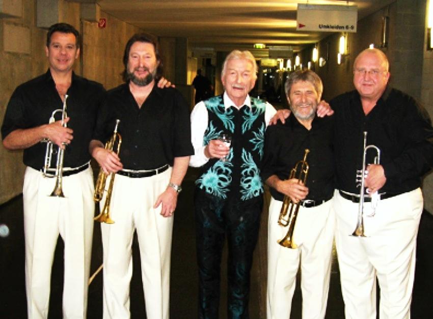 James Last met zijn trompetsectie, geheel rechts: Jan Oosthof.