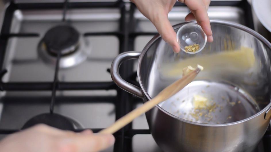 Butter und Fenchelsamen anschwitzen