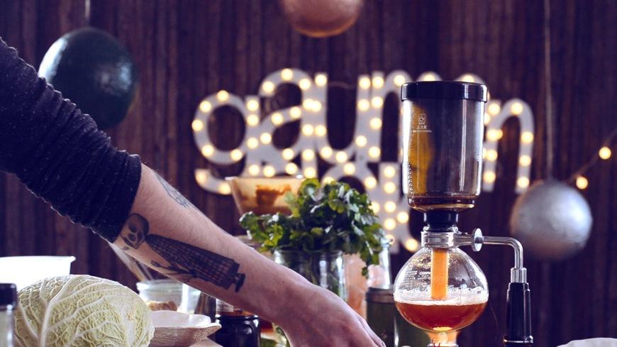 Angeber erhitzen die Suppe in der japanischen Kaffeemaschine