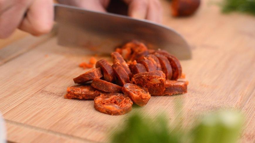 Chorizo häuten und in Scheiben schneiden