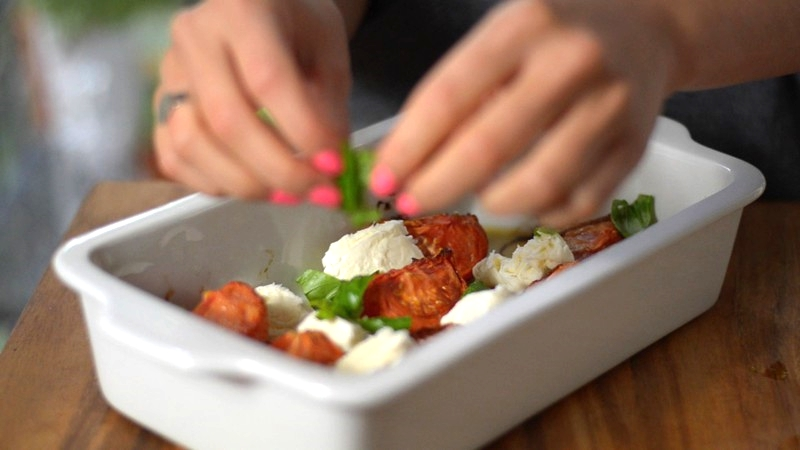 Mozzarella und Basilikum verteilen