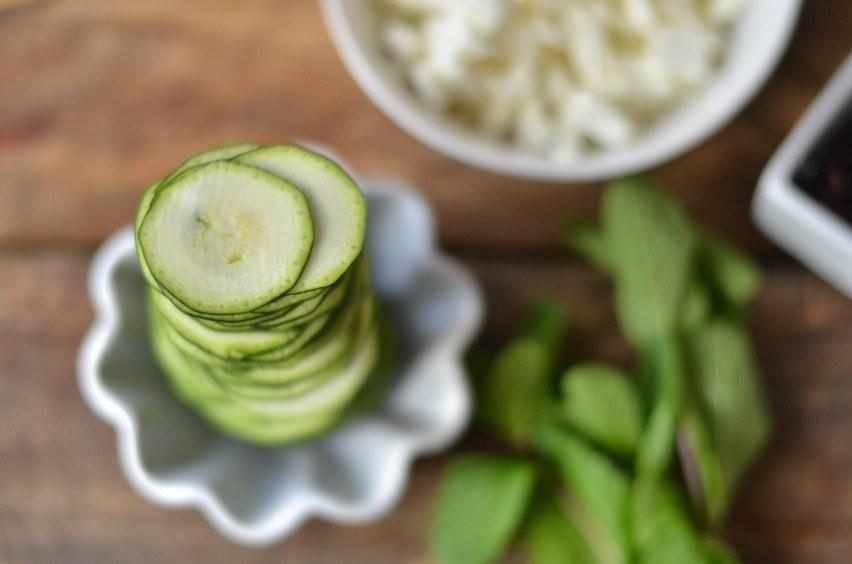 1 Zucchini in dünne Scheiben hobeln