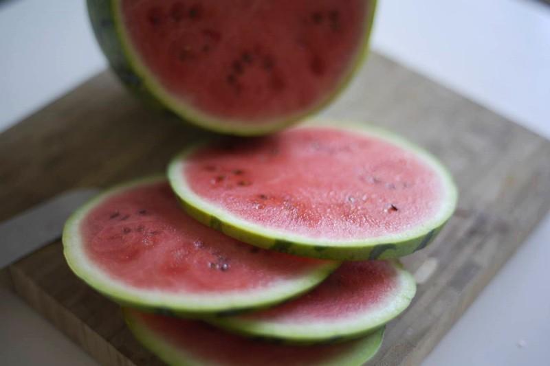 Wassermelone in Scheiben schneiden