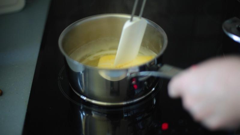 Butter zerlassen, danach lauwarm abkühlen lassen.
