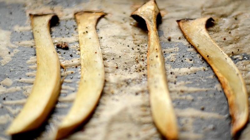 Pilze aus dem Ofen holen.