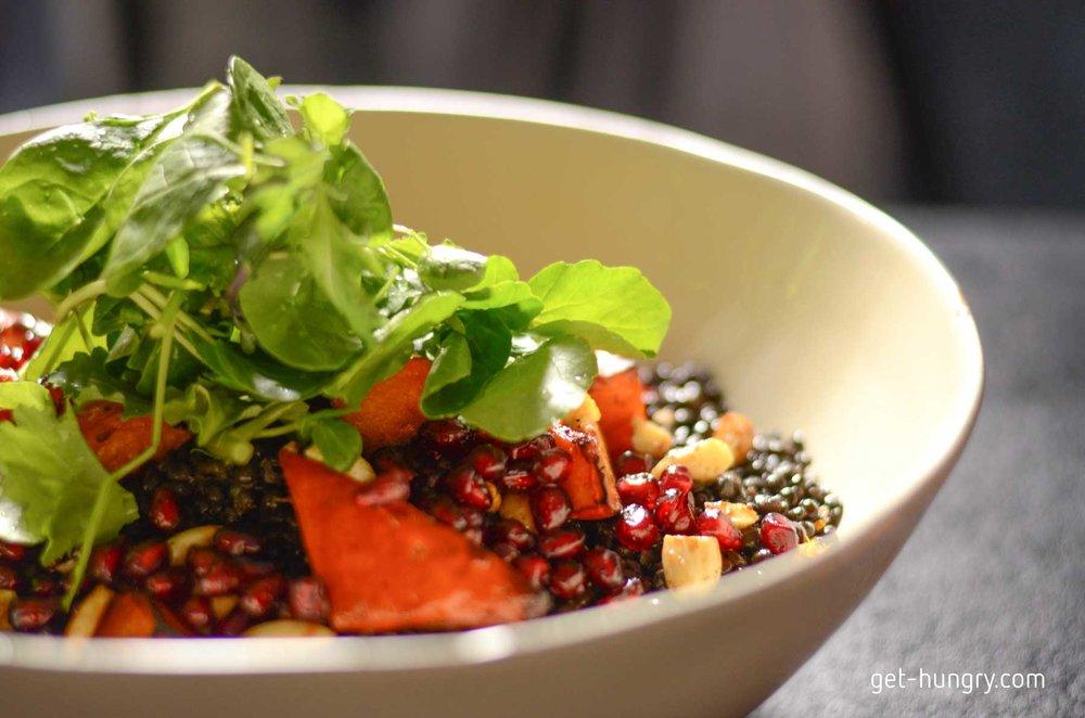 Herbstlich-Orientalischer Belugalinsen-Salat mit Ofenkürbis und Cashewnüssen