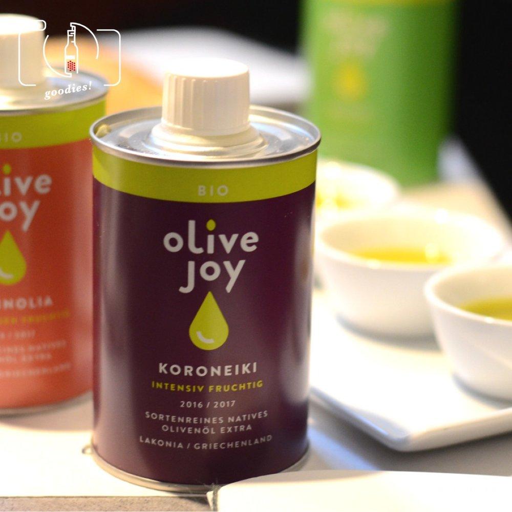 Koroneiki Oliven sind in Griechenland besonders beliebt bei der Herstellung kräftiger Öle. Eine wunderbar fruchtige Variante kommt von Olive Joy , mit ihrem Koroneiki 2016/17 aus Lakonia.