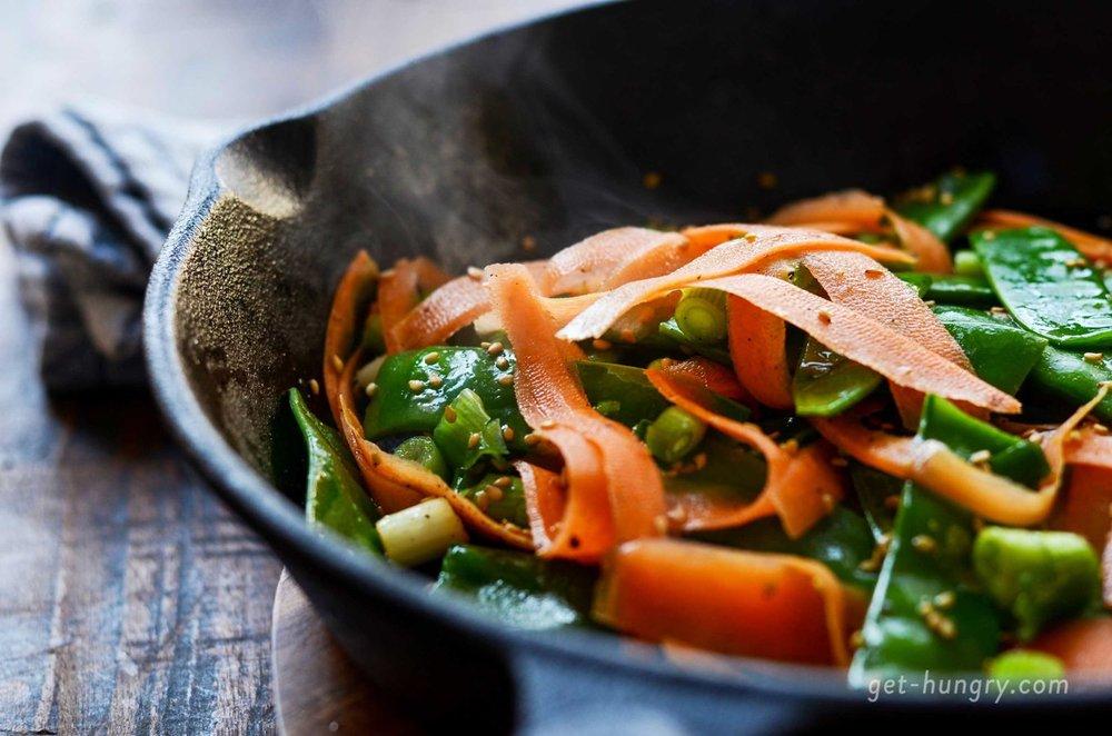 Karotten-Zuckerschoten-Sesam Gemüsepfanne