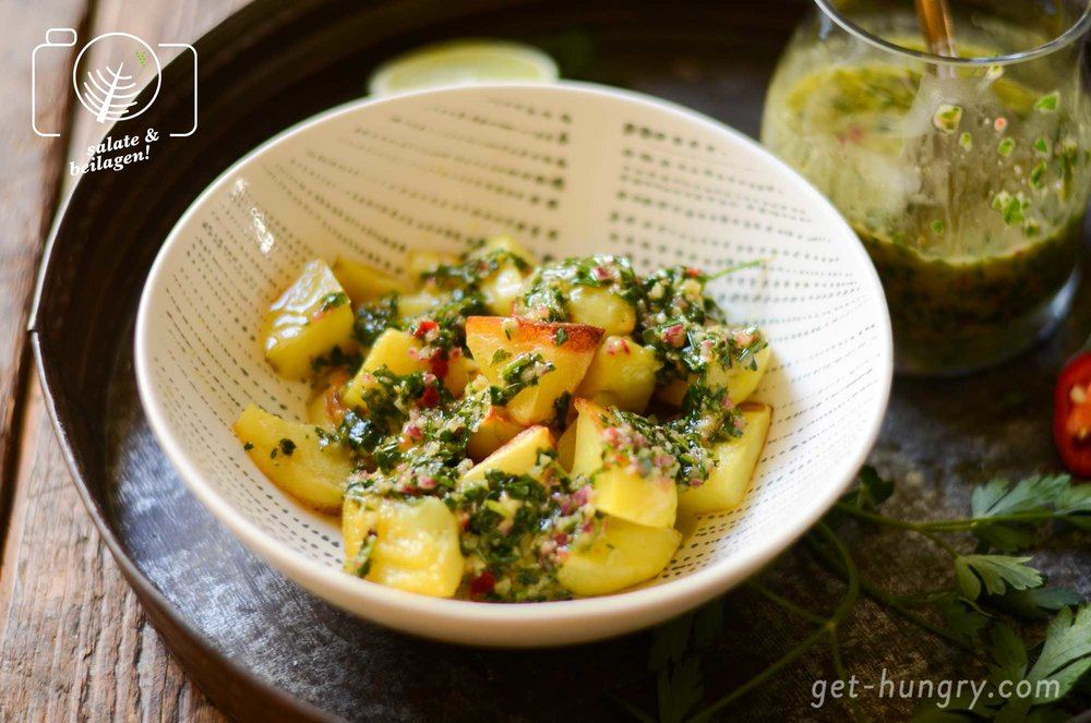 """Ob gegrillt, gekocht oder aus dem Backofen: Chimichurri pimpt einfach jede Form von Kartoffeln - wie z.B. hier die kleinen """"Wedges""""."""