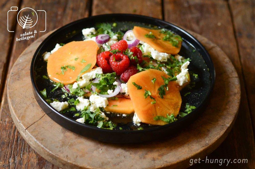 Sieht auf jedem Teller garantiert gut aus: knallorange Sharonfrucht mit Schafkäse