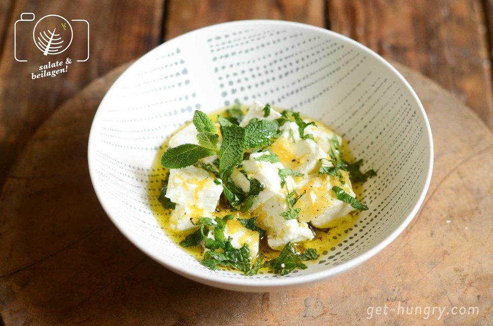 Schmeckt nicht nur im fruchtigen Salat: Feta in Zitronen-Knoblauchöl mariniert mit Minze