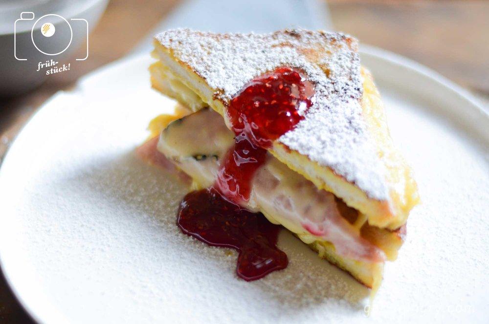 Geniales Sonntags-Frühstück: Pikanter Toast mit Puderzucker und Marmelade...unwiderstehlich.