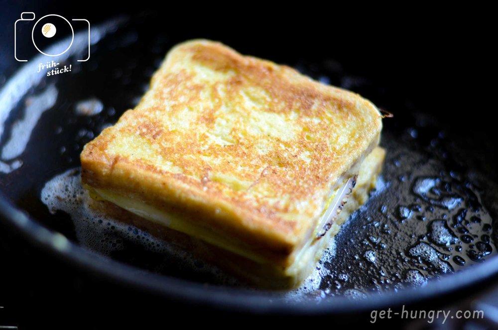 ...um danach in Butter langsam ausgebacken zu werden. Pfanne nicht zu heiß werden lassen, damit die Butter nicht verbrennt.