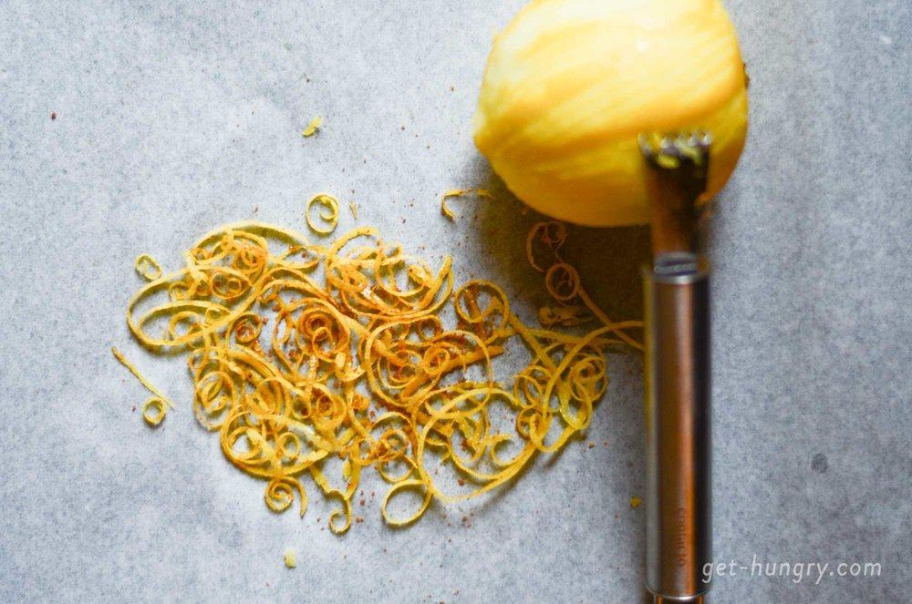 TIPP: Süße, ofengetrocknete Zesten. Warum Zitrusschalen immer in den Mülleimer werfen? Zitronen heiß abwaschen, Schale mit einem Zestenreisser abziehen, auf ein Backblech legen, zuckern und für ca. 1 Stunden bei niedriger Temperatur (80°C bis max 100°C) trocknen lassen. Abfüllen, luftdicht verschliessen und für Desserts oder Cocktails zum Garnieren verwenden.