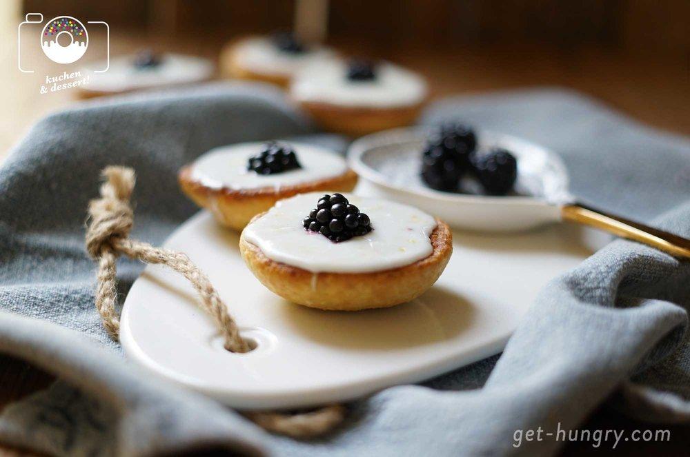 Puderzucker-Glasur mit Milch gerührt, ergibt eine schön weiße Farbe. Etwas Zitronenabrieb verfeinert den Geschmack und nimmt dem Zucker die pure Süße.