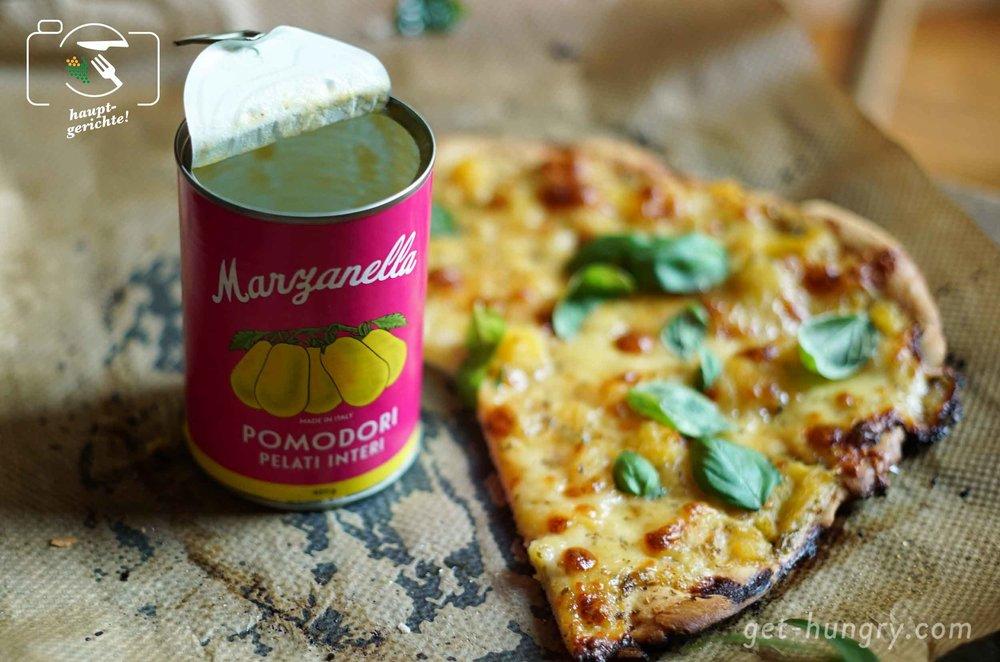 Unser hausbacknes Prachtexemplar von Pizza Margherita: Sie bekam von uns  gelbe  sonnengereifte Marzanella-Tomaten auf ihren Boden. Weniger süß, dennoch fruchtig aromatisch, kommen die kleinen geschälten Italiener hinreissend schön aus einer pinken  Design Dose im Vintage Look.  (Limitiere Auflage).