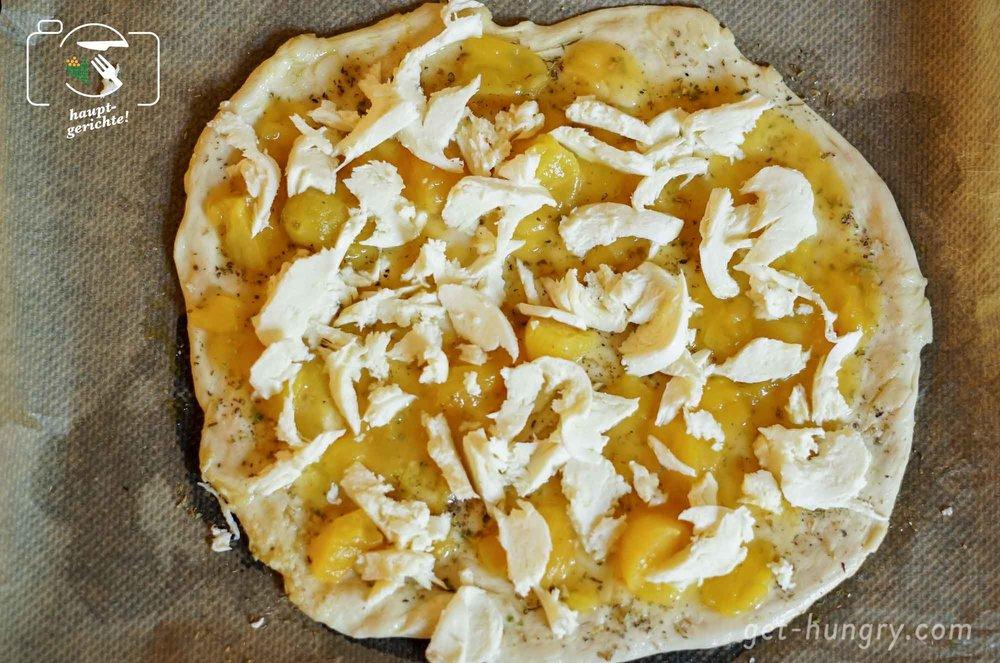 Noch sieht sie recht unspektakulär aus, die gelbe Tomaten-Pizza mit Mozzarella.