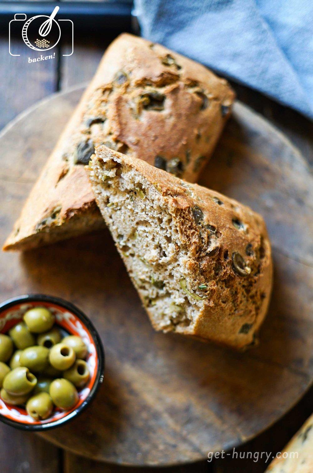 Selbstgebackenes Oliven-Dinkelbrot