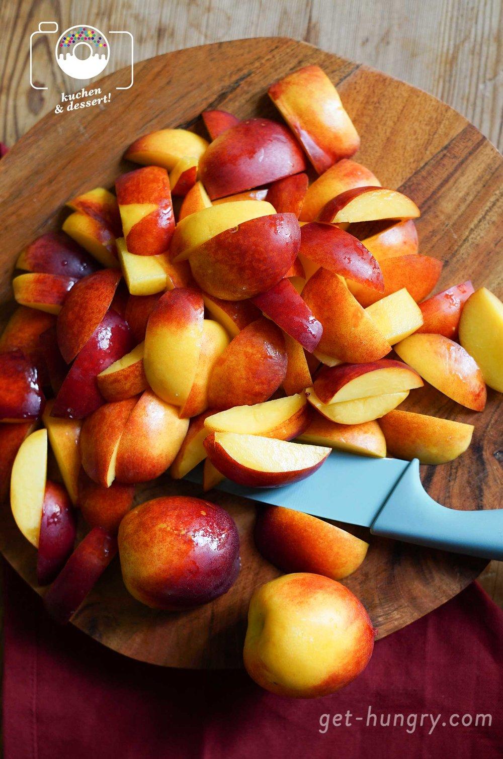 Bei der Wahl des (Stein-)Obstes darf man kreativ werden. Auch mit Mango oder süßen Kirschen gelingts. Auf dem Blech berühmt geworden, sind aber vor allem die Marille und Zwetschge.