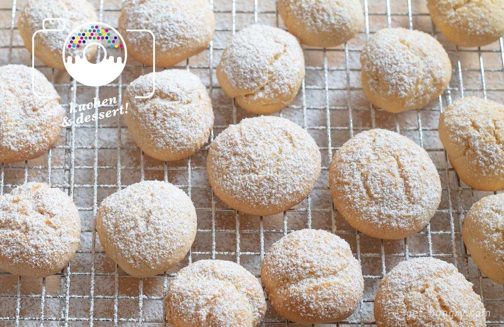Sehen nicht nur soft aus, sondern schmecken luftig duftig nach Sommer: Creamcheese-Zitronen-Cookies unter zuckersüßem Puder. Mit Orange oder Limette aromatisiert bieten sie dir Abwechslung und auch ein wenig Kokos oder Mandelaroma macht sich gut in den Minis. Wichtig ist nur, dass sie nicht zu lange im Backofen verweilen, damit sie schön wolkig weich werden.