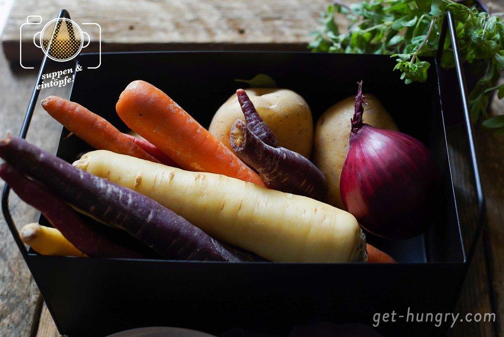 Tipp: Neben Kartoffeln und Karotten machen sich auch Pastinaken, Wirsing oder grüne Bohnen in der Suppe bestens. Und wer gerade keinen frischen Majoran bekommt, greift zu getrocknetem. Eventuell muss die Dosis dann aber ein angepasst werden. Einfach abschmecken und ggf. nachwürzen.
