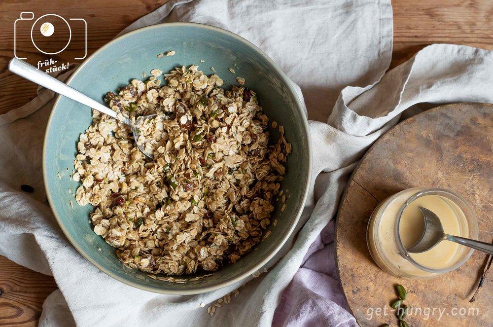 Alles wird in einer Schüssel gut durchgemantscht bis die Haferflocken und Nüsse mit Öl, Tahini, Sirup und Gewürzen pampig vermischt sind.