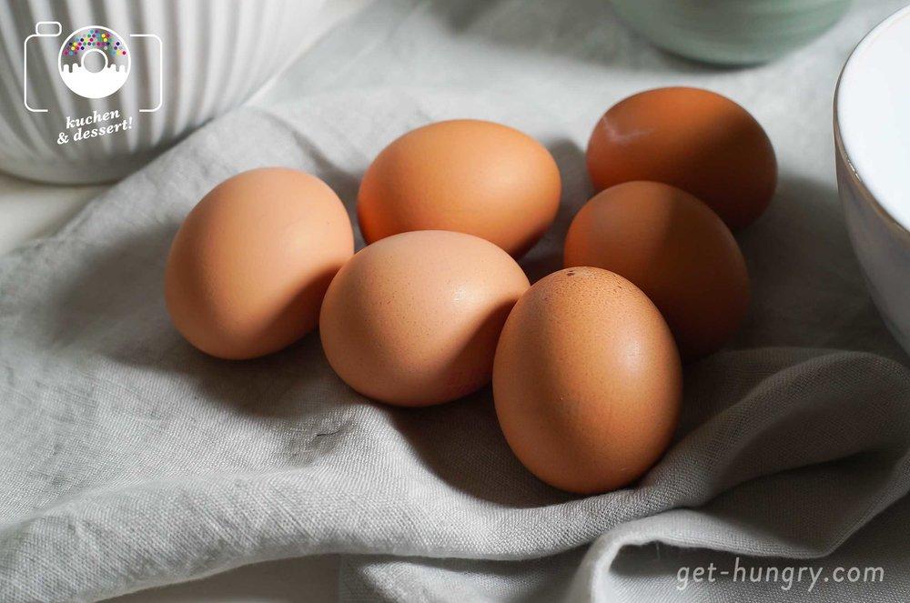 """6 Eier trennen - Die Eier sollten Zimmertemperatur haben und am besten nicht """"ganz"""" frisch, sondern ein paar Tage alt sein. Wichtig ist, sie unbedingt sauber in Eiklar und Eidotter zu trennen."""