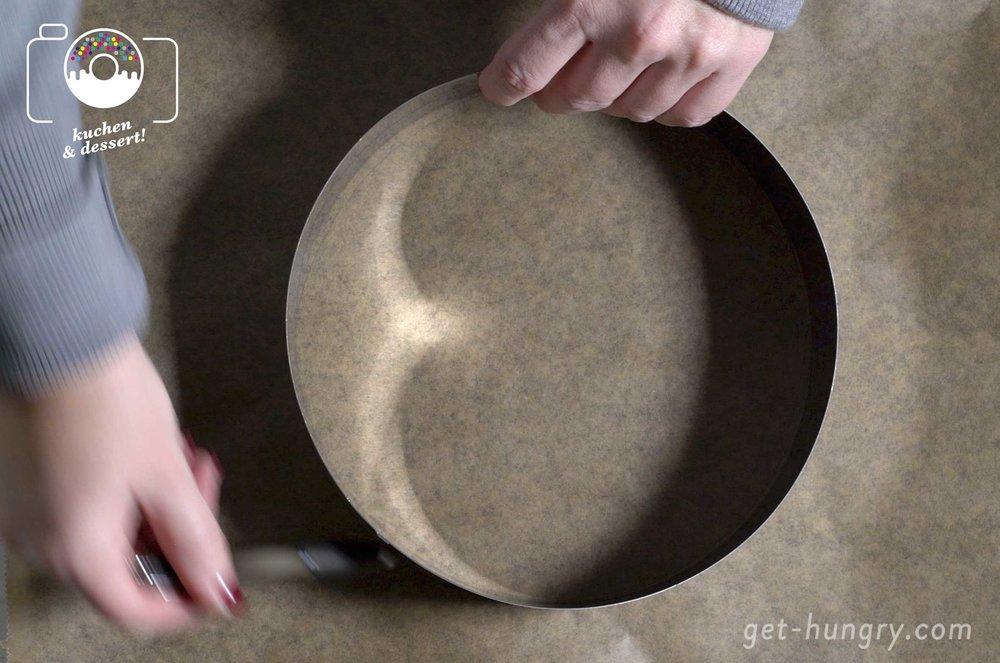 Formvorlage - Auf Backpapier zeichnest du dir den Umfang eines Tellers oder eines Tortenringes nach. Wenn du z.B. vier kleine Törtchen backen möchtest, nimmst du einfach einen geringeren Durchmesser.