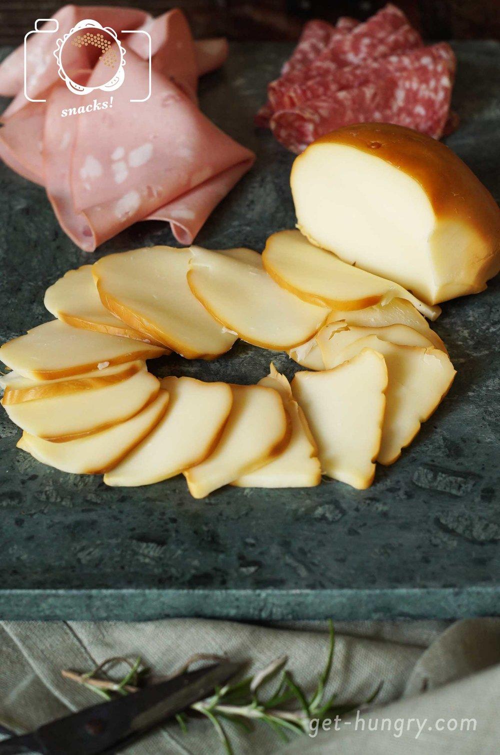 Scamorza , Salami, Mortadella und auch geriebener Pecorino Hartkäse dürfen im Tortano nicht fehlen. Wäre auch zu schade - daher versuche alle Zutaten zu bekommen und zwar in richtig guter Qualität. Es zahlt sich aus.