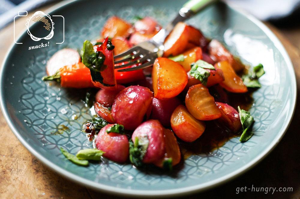 Gebratene Radieschen in spicy Ahornsirup-Butter - Dafür wird dich jeder lieben.Du nimmst einen Bund Radieschen (ca. 12 Stück), hackst alle Blätter fein, legst diese beiseite und viertelst die Knollen. Diese kommen mit 2 EL Butter in die Pfanne und werden auf allen Seiten 2 Minuten angebraten. Alles mit 1 EL Ahornsirup, Mini-Schuss Balsamico (ca. 2 TL), Salz und frisch gehackter Chili würzen, gut vermischen. Hitze halbieren, Deckel drauf. Nach 8-10 Minuten Radieschenblätter für eine Minute mitschwenken. Fertig!
