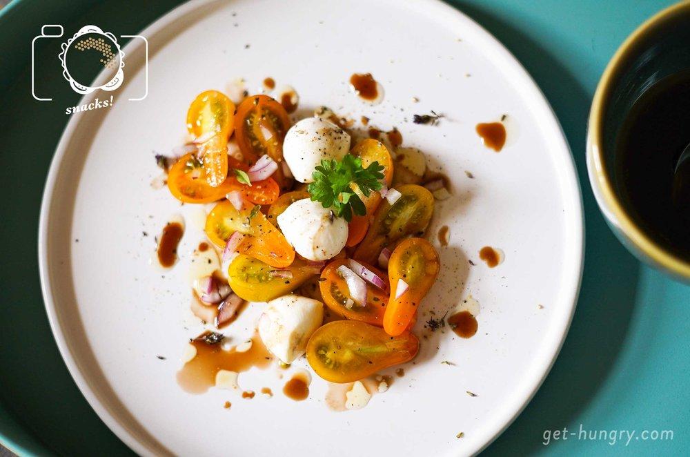 Mini-Caprese - Großer Klassiker mal klein.Wer liebt ihn nicht, den Italo-Teller schlechthin: Insalata Caprese. Für den fruchtigen Vorspeisenmix in Miniaturform benötigst du 250 g Mini-Tomaten (gleich ob Cherry- Roma-Rispen- oder Freudentränen). Dazu eine Packung kleine Mozzarellabällchen, Basilikum, Olivenöl, Salz, Pfeffer. That's it.Tipp: Mariniert mit dunklem Balsamico-Essig und roten Schalotten schmeckt das Caprese gleich doppelt so gut.