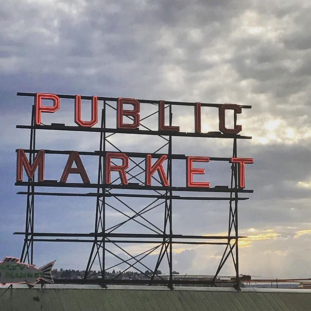 Has anyone ever been to pike place market? It's packed with fresh fruits and veggies year round. Definitely a must see if you're in the seattle area! 🐟👏🏻