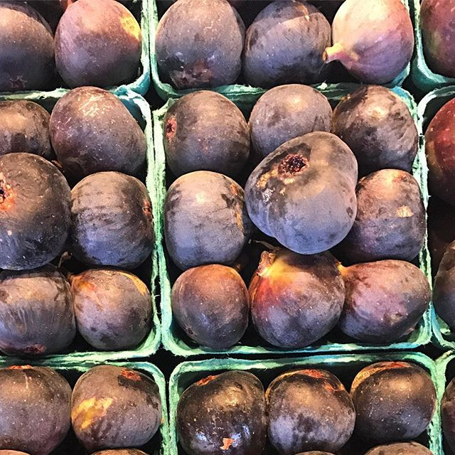 Who doesn't like fresh figs? Packed with fiber and potassium, which can help regulate blood sugars and blood pressure respectively. #figs #nom