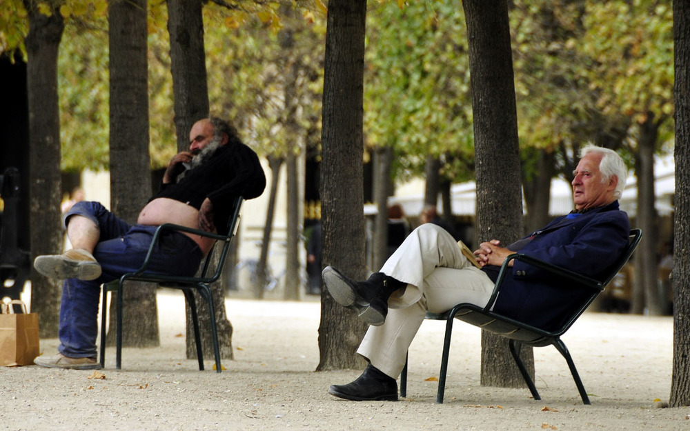 hommes men homeless wealth poor palais royal paris france chair chaise tree arbre parc park.jpg