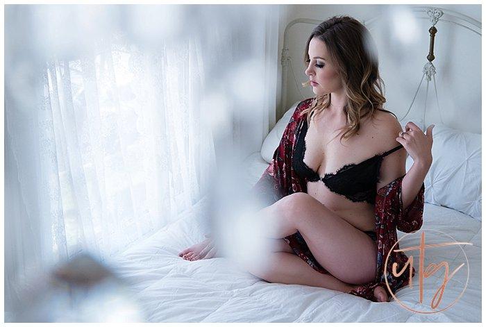 boudoir photography denver bed pose kimono.jpg