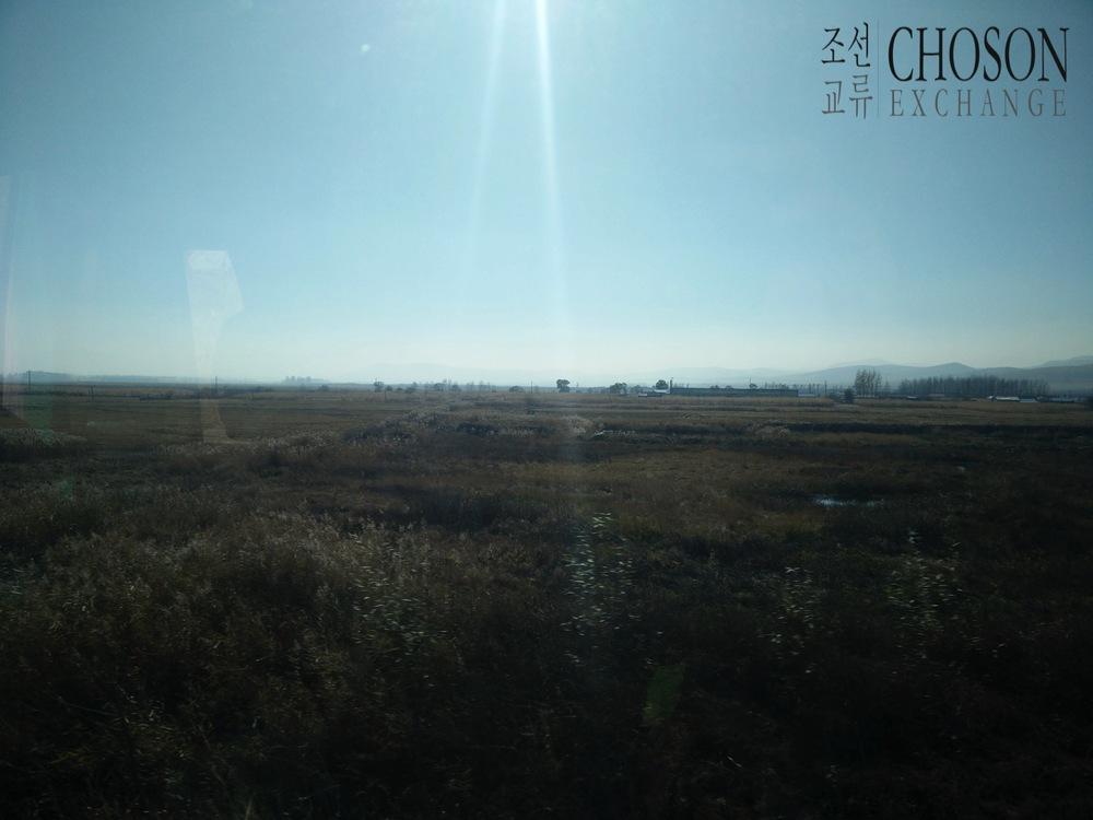 오른쪽에북조선/북한이보인다(나무들너머에)