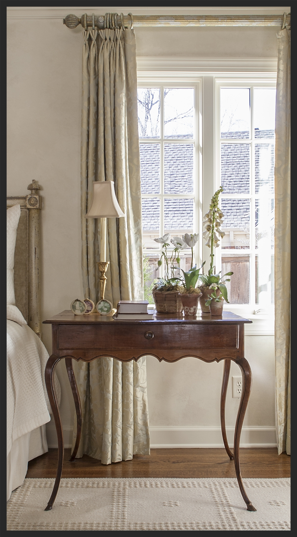 Very graceful table.  Linda Kay McCloy - alittleenglishinteriors.com