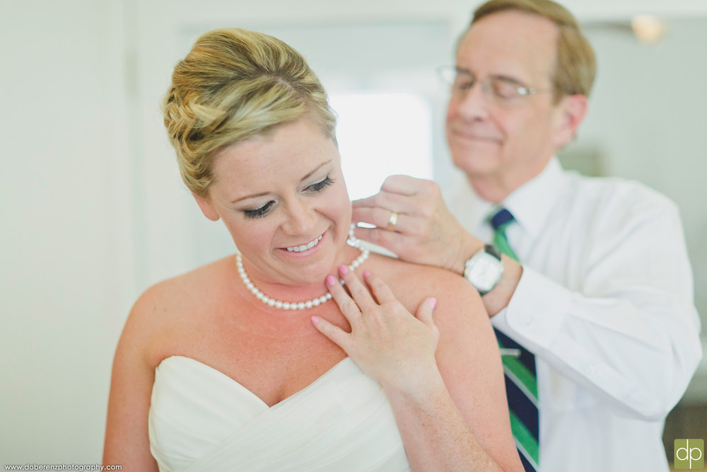 Lindsay's dad helping with her pearls | Doberenz Photography