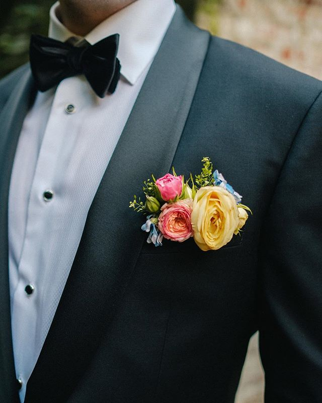 Boutonnière too simple? Try a floral pocket square! 🌷 @everbloomdesignmemphis 📷 @dannykphotography 🤵🏼 @theblacktux