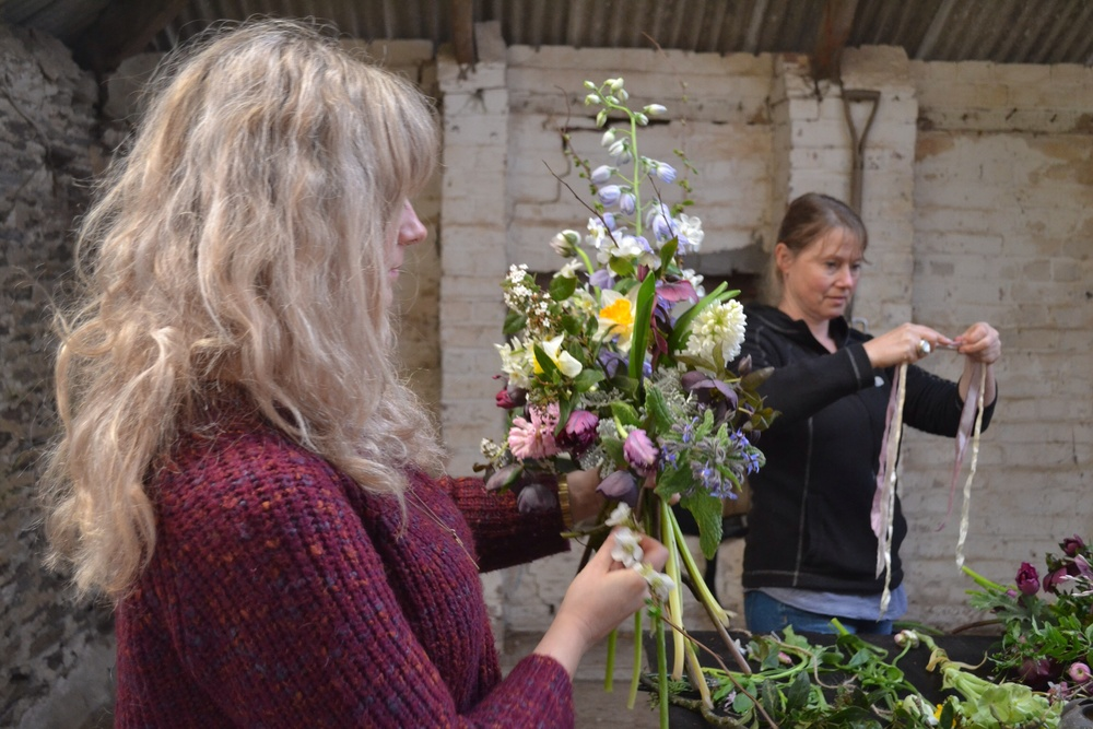 Rock en Rosie Flowers creating her hand-tie and Susanne from The Blue Carrot - amazing to watch these guys work!
