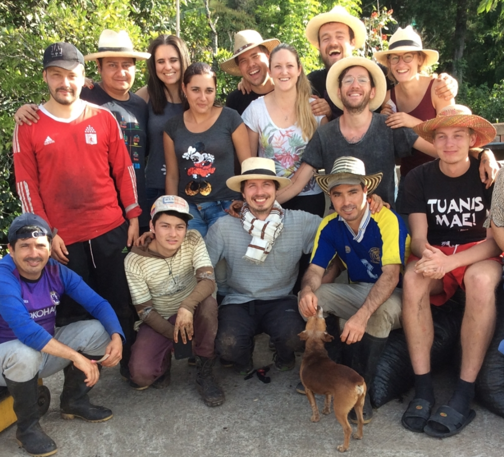 Elmer, Francesco, Floor, Lennart, Bram, Claudia, Barry and Jasmina posing with the Salomon Muñoz pickers after a day's work.