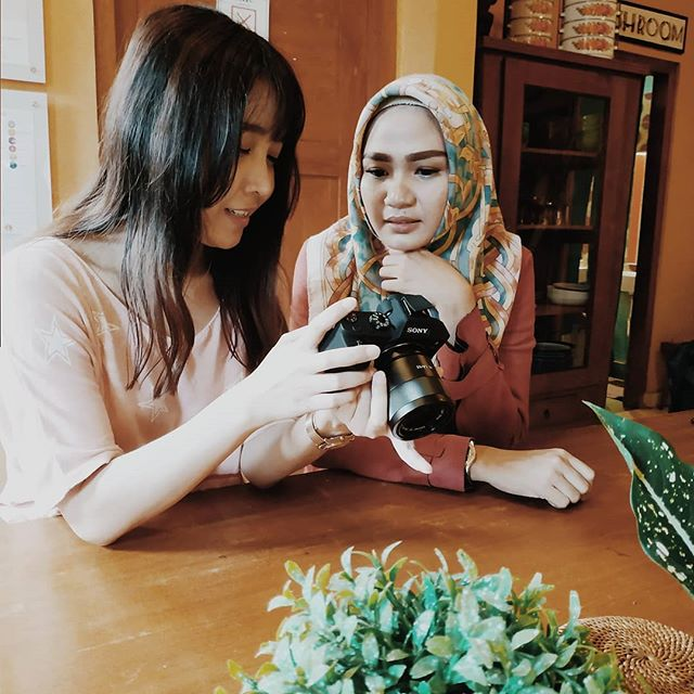 Take your pictures,  shoot your videos, try your recipes, make some arts or plant your vegetables. BHUMI is your home for creativities. .  In frame @putriipermanaa & @rossychii are checking out new videos of their cooking. .  BHUMI Hostel, Jogja . 📲: (+62) 274 376 547 📩: info@bhumihostel.com 💻: www.bhumihostel.com 💻: Facebook.com/bhumihostel 🚍: 1 minutes' walk from TRANS JOGJA Line 3A/3B alight at Jl. Ngi Pembayun (Lapangan Karang, Kotagede ) . @bhumihostel_id