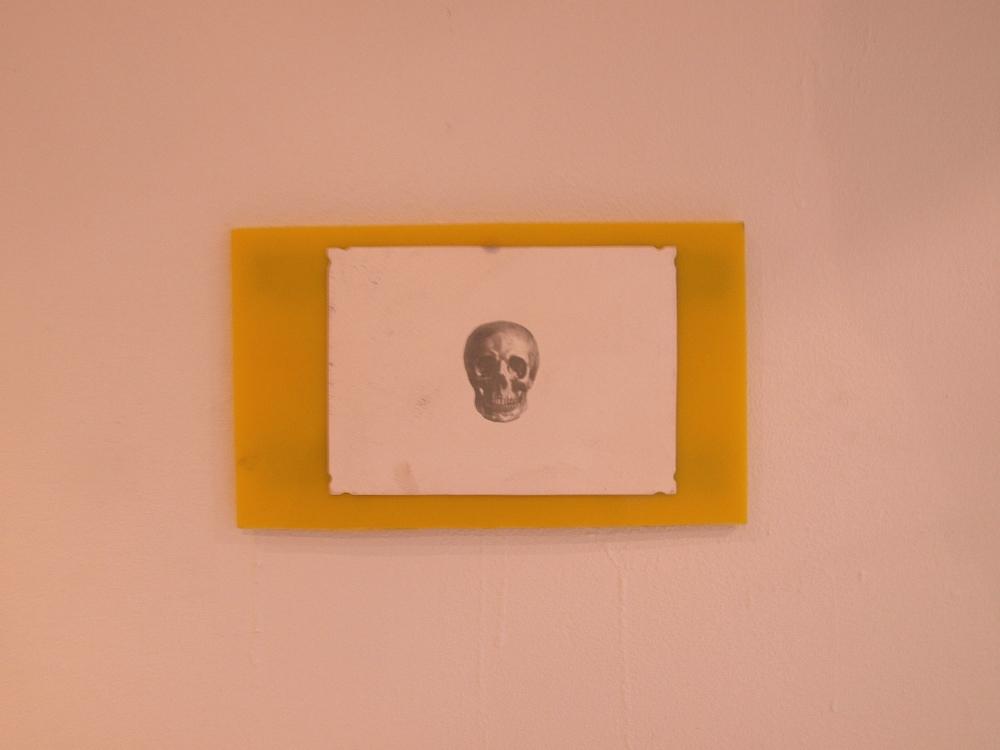 Collage;hardplast og digitaltrykk påpapir.